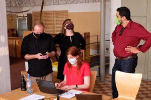 Maskierte Menschen